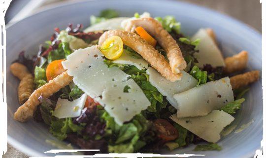 Πράσινη σαλάτα με Καλαματιανά λαλάγγια, πικάντικη Μεσσηνιακή γραβιέρα και ελαφρύ ντρέσινγκ με πετιμέζι και βαλσαμικό ξίδι