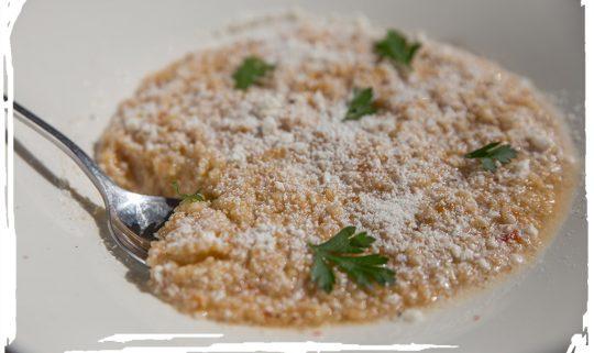 Τραχανάς σούπα με τομάτα και Μανουρομυζήθρα.