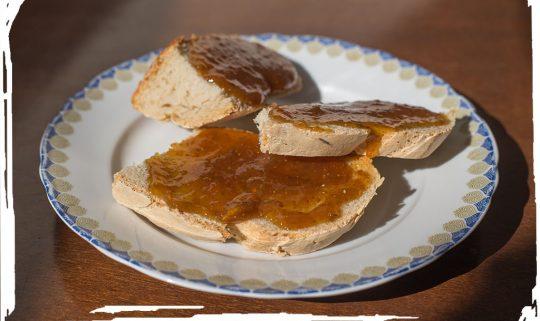 Χωριάτικο προζυμένιο Ψωμί με μαρμελάδα σύκο